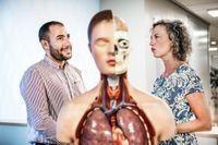 Ismaiel Alkadro och Johanna Adami diskuterar kroppens anatomi.