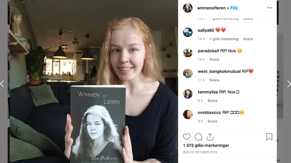 Noa Pothoven poserar med boken hon skrev om psykisk ohälsa och sexuella övergrepp.