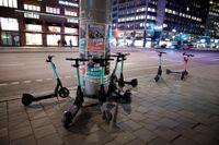 Det bör inte krävas något generellt tillstånd enligt ordningslagen för att hyra ut elsparkcyklar på offentlig plats. Arkivbild.