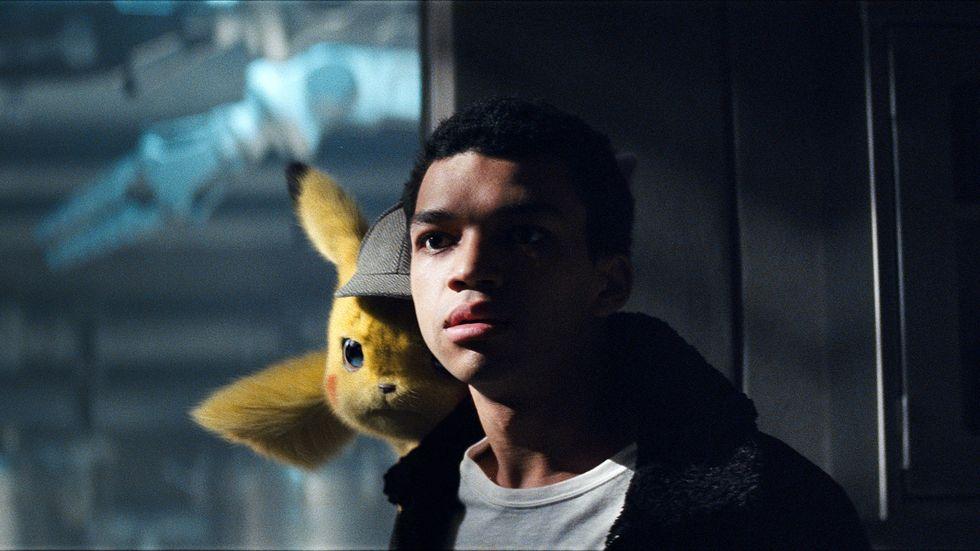 Pikachu, här med Justice Smith i rollen som Tim. Rösten till den gula pokemónfiguren görs av Ryan Reynolds.