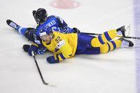 Tre Kronor möter Finland i nästa OS. Här har Gabriel Landeskog hamnat på isen med Finlands Juho Lammikko i VM-mötet i Slovakien i fjol. Arkivbild.