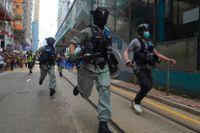 Poliser i samband med protesterna i Hongkong den 1 juli, dagen efter det att den nya säkerhetslagen trädde i kraft. Arkivbild.