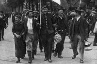 Franska reservister i Paris välkomnas av civila strax innan de sänds ut i fronten. Bild ur The Great war primary document archive.
