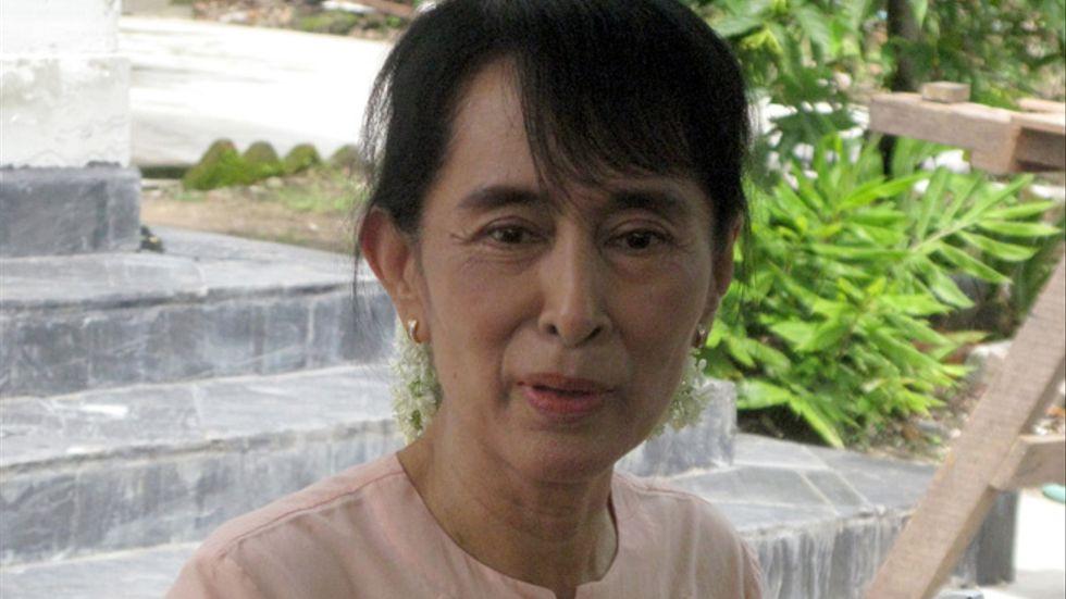 Aung San Suu Kyi pratar med reportrar om att hon nu för första gången reser till Rangoon sedan hon frigivits från husarresten i november i fjol.