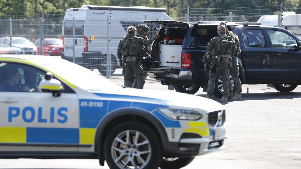 Två morddömda fångar tog personal som gisslan på Hällbyanstalten, vilket ledde till en stor polisinsats under onsdagen.