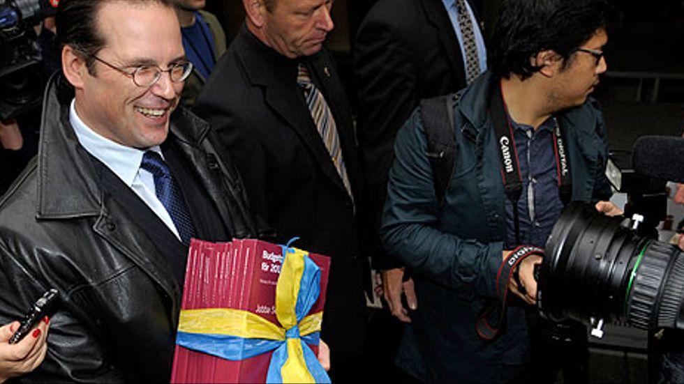 Finansminister Anders Borg går budgetpromenaden från Finansdeperdementet till Riksdagen.