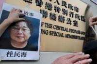 En bild från Hongkong, januari 2016. Demonstranter sätter upp bilder på försvunna bokhandlare, däribland Gui Minhai, vid en regeringsbyggnad i staden.
