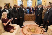 Jodå, hon får vara med fortfarande - presidentrådgivaren Kellyanne Conway.