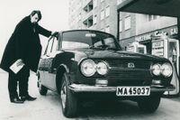 """Cornelis med den japanska Isuzu Bellet 1500, år 1966. """"En tuff kille - en tuff bil"""" står det i bildtexten i denna reklambild för personbilen."""