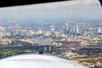 Wingley knyter ihop privatpiloter med privatpersoner för flygturer. Utsikt över London. Tower Bridge, Sankt Paulskatedralen, skyskapan The Shard och The City skymtas.