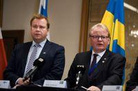 Försvarsministrarna Antti Kaikkonen och Peter Hultqvist har för första gången genomfört en scenariobaserad övning för att stärka det politiska beslutsfattandet i händelse av konflikt.