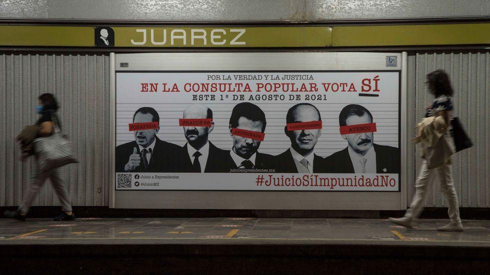 """""""Ja till rättvisa, nej till immunitet"""" lyder budskapet på denna valaffisch i Mexico City, som pryds av de fem berörda expresidenternas ansikten."""