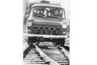 Räls/vägsystemet var till för att frakta SJ-arbetare mellan stationerna på stambanan. Men SvD kunde också berätta om försök med automatiskt styrda Fordar på vägarna. Hypermodernt.