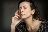 """Samanta Schweblin, född 1978 i Buenos Aires är filmvetare och debuterade som författare 2002 med novellsamlingen """"El núcleo del disturbio"""". Hon utsågs 2010 till en av de bästa unga spanskspråkiga författarna av tidskriften Granta. """"Räddningsavstånd"""" är hennes första roman."""
