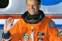 Christer Fuglesang vinkar till fotografer på Kennedy Space Center i Florida 2009. Nu flyttar svensken hem till Sverige.