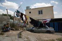 """Palestinska barn utanför sitt hem i byn Umm al- Hiran i Negev-öknen, Israel. Israels högsta domstol har gett klartecken att flytta den 60 år gamla arabiska byn Umm al-Hiran, och i dess ställe bygga """"Hiran"""", en ny judiska by. Fotot är från 12 maj 2015."""