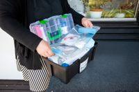 En låda med personlig skyddsutrustning för ett team inom hemtjänsten. Arkivbild.