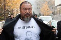 """Ai Weiwei med en t-shirt med ett porträtt på honom själv och ordet """"Saknad""""."""