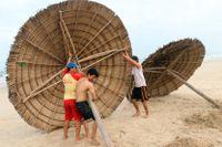 Stränderna i vietnamesiska Danang tyfonsäkras inför ovädrets ankomst.