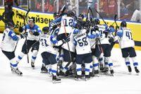 Finland jublar efter slutsignalen runt målvaktshjälten Kevin Lankinen.