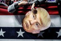 James Crockett, 10 år håller en mask  i väntan på att President Donald Trump ska framföra ett tal.