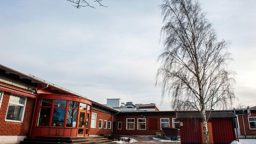 På Vialundsskolan i Kumla börjar man så sakteliga återgå till vardagen efter 13-åringens tragiska dödsfall, enligt skolans rektor. Fortfarande finns ett minnesbord med ljus, blommor, porträtt och en skrivbok för tankar tillgängligt för eleverna i flickans klassrum.