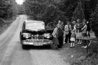 Verkstadschefen för Ford-återförsäljaren AB Ingvar Bergengren, Kurt Bergman, tar en bensträckare intill bilen med sin familj.