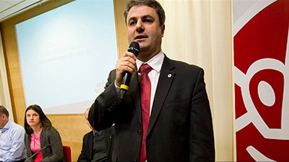 """Socialdemokraternas partisekreterare Ibrahim Baylan kommenterar Socialdemokraternas kriskommissions resultat av arbetet i rapporten """"Omstart för Socialdemokraterna"""", under en presskonferens på partihögkvarteret på Sveavägen."""