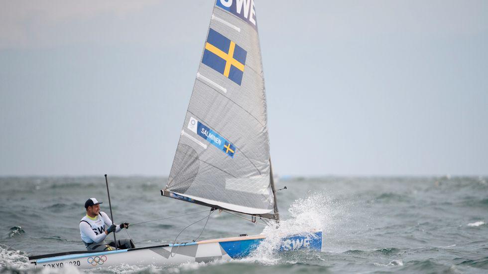 Max Salminen seglar allt bättre, men har långt upp till en medalj.