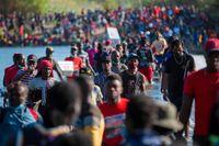 Omkring 14000 migranter väntar vid gränsövergången mellan USA och Mexiko.