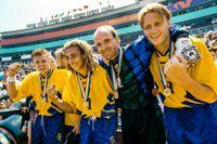 Tomas Brolin, Henrik Larsson, Thomas Ravelli och Kennet Andersson med VM-bronsmedaljerna efter 4–0-segern mot Bulgarien i juli 1994. Arkivbild.
