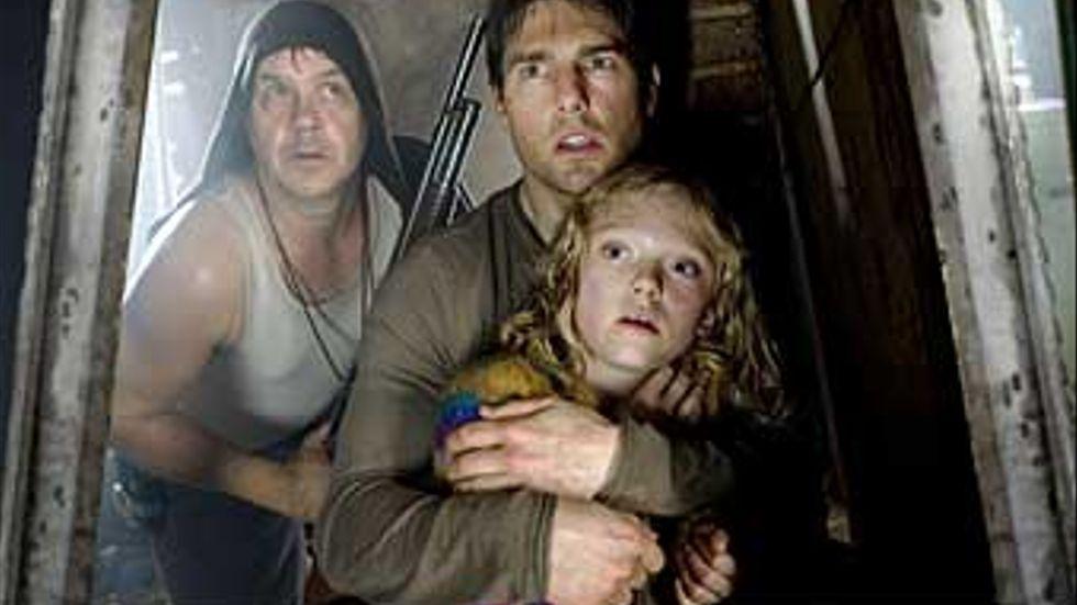 Hamnarbetaren Ray (Tom Cruise) behöver marsianers hjälp för att bli en bättre pappa åt sin dotter (Dakota Fanning). I bakgrunden Tim Robbins med gevär.