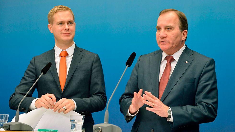 Gustaf Fridolin och Stefan Löfven håller pressträff.