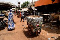 En man säljer mobiltelefoner med mera på en kärra i Bamako, Mali. Den digitala revolutionen kommer även afrikanerna till del, men tekniken kommer utifrån och kontrolleras utifrån, skriver artikelförfattaren.