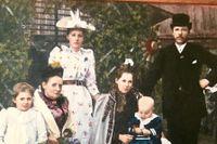 Kolorerad bild på familjen Lindholm 1892. Herbert är bebisen i famnen på mamma Anna Lindholm. August Lindholm står stilig i hatt längst bak och Herberts syster är längst fram till vänster.
