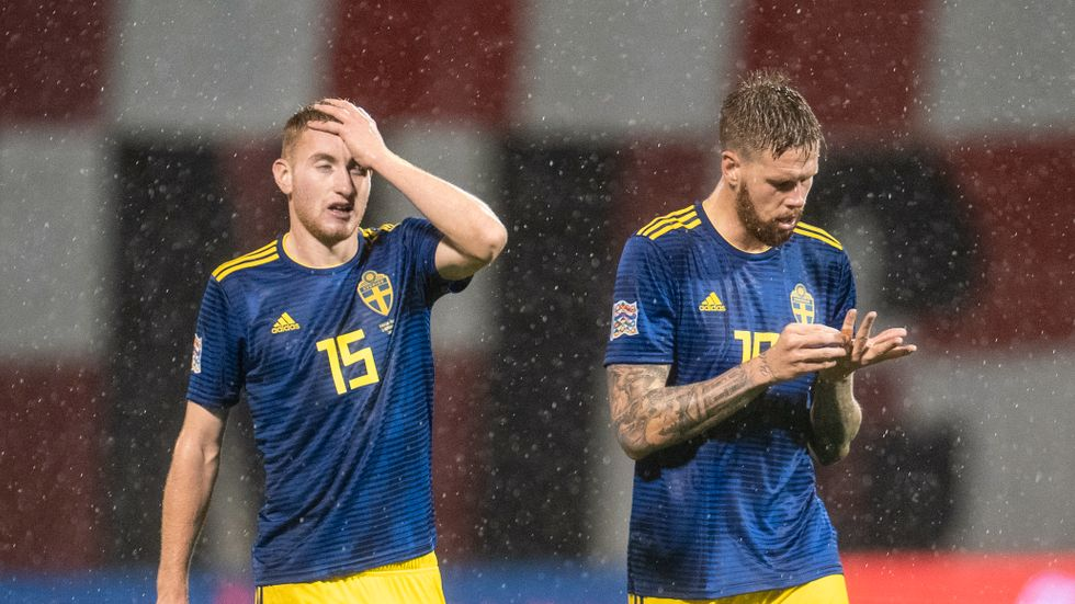 Dejan Kulusevski och Pontus Jansson efter förlusten mot Kroatien.