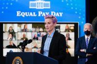 Landslagsstjärnan Megan Rapinoe talar vid ett evenemang om rättvisa löner tidigare i år.