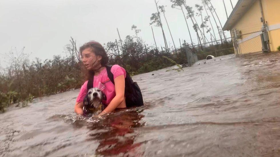 Julia Aylen vadar genom vattnet under översvämningen av Freeport i Bahamas till följd av orkanen Dorians härjningar.