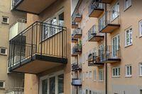 Två av balkongerna saknar dörr på Maria Prästgårdsgata.