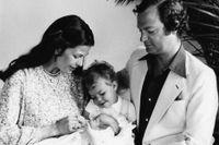 De första bilderna på prins Carl Philip med mamma drottning Silvia, storasyster prinsessan Victoria och pappa kungen, Carl XVI Gustaf.