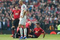 Ander Herrera (sittandes) satte tonen för den skadekavalkad som präglade mötet mellan Manchester United och Liverpool.