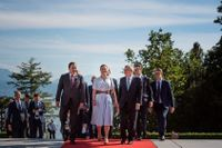 Stefan Löfven, kronprinsessan Victoria, IOK:s ordförande Thomas Bach och prins Daniel utanför det olympiska muséet i Lausanne.