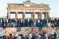 Människor från Öst- och Västberlin på muren vid Brandenburger Tor den 10 november 1989.