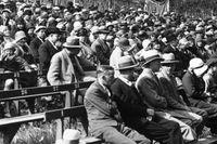 Arbetslösa har bjudits in till Södra teatern i Stockholm, 1930.