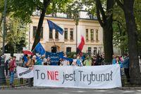 Frågan om rättssystemets oberoende är laddad i Polen. Bild från demonstration vid en domstolsbyggnad i Warszawa den 31 augusti.