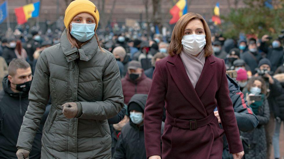 Moldaviens tillträdande president Maia Sandu (th) talade till sina anhängare även vid veckans tidigare protester.