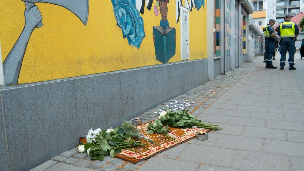 Den 31 maj skedde ett mord mitt på ljusa dagen i centrala Husby. Blommor och tända ljus placerade vid mordplatsen. Arkivbild.