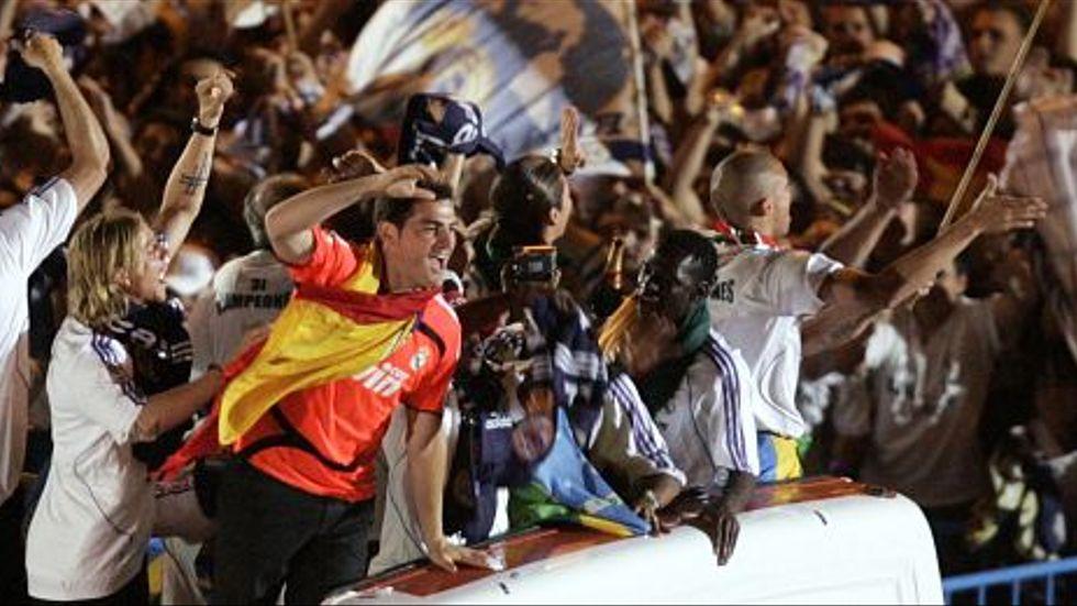 Målvakten Iker Casillas och de andra Real Madridspelarna firade i fjol som vanligt ligaguldet på Plaza de Cibeles i den spanska huvudstaden.