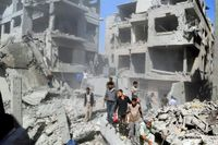 Invånare i Damaskusförorten Douma inspekterar skadorna efter ett regeringslett flyganfall.