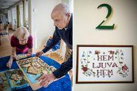 Sylvia Holmgren och Bertil Ahnfors, både boende på Vilhelms gård, lägger pussel tillsammans.